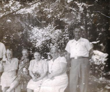 Elizabeth Miller Pater and unidentified friends/family at a picnic in 1947.