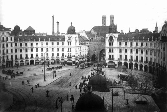 Karlsplatz in a 1902 photograph.  Reprinted in Hans Dollinger's Die Münchner Straßennamen, München, Ludwig-Verlag, 2004